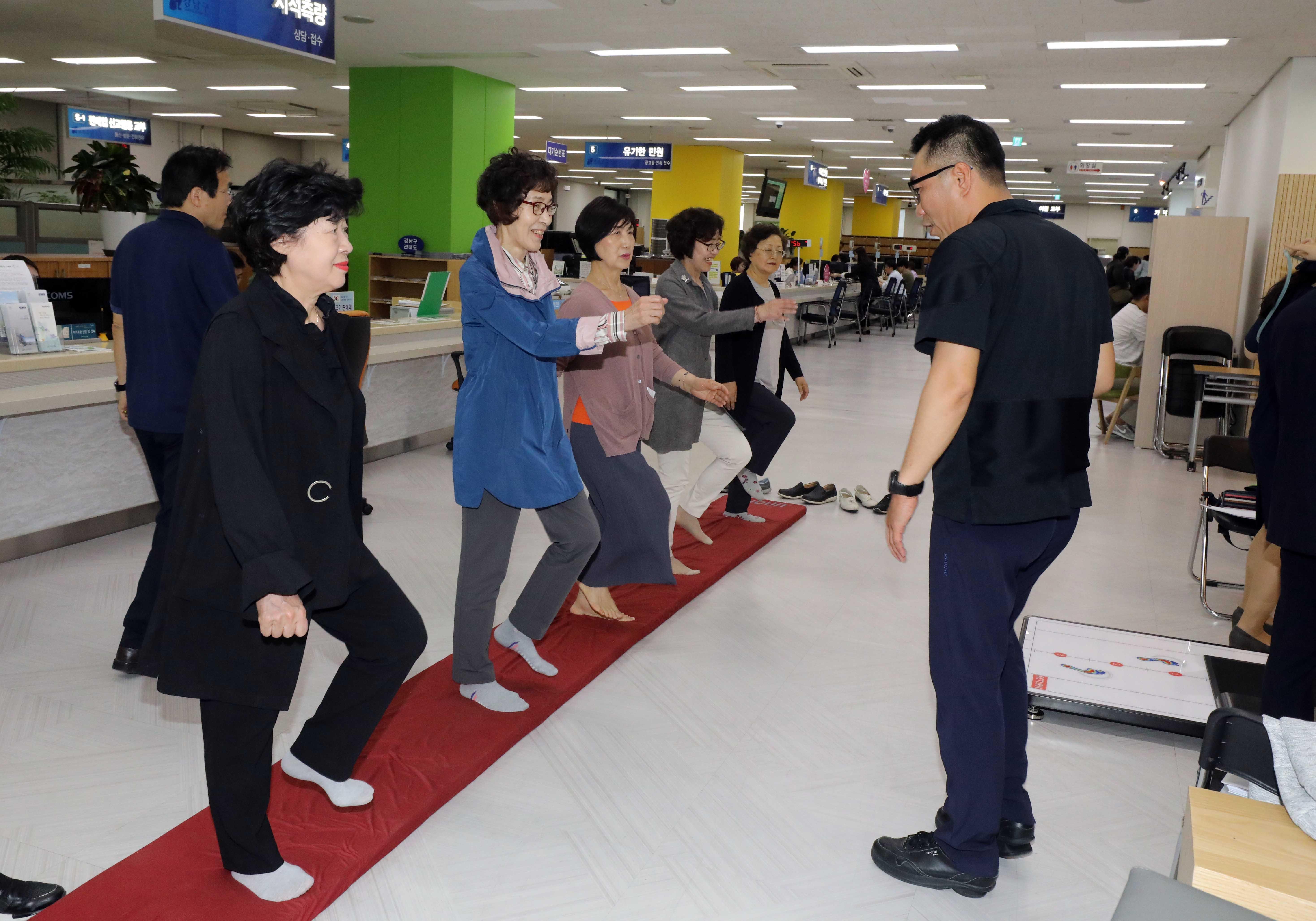 강남구(구청장 정순균)는 청사 1층 로비 유휴공간을 문화예술이나 주민 커뮤니티 공간으로 활용해 기분 좋은 소통에 앞장서고 있다.