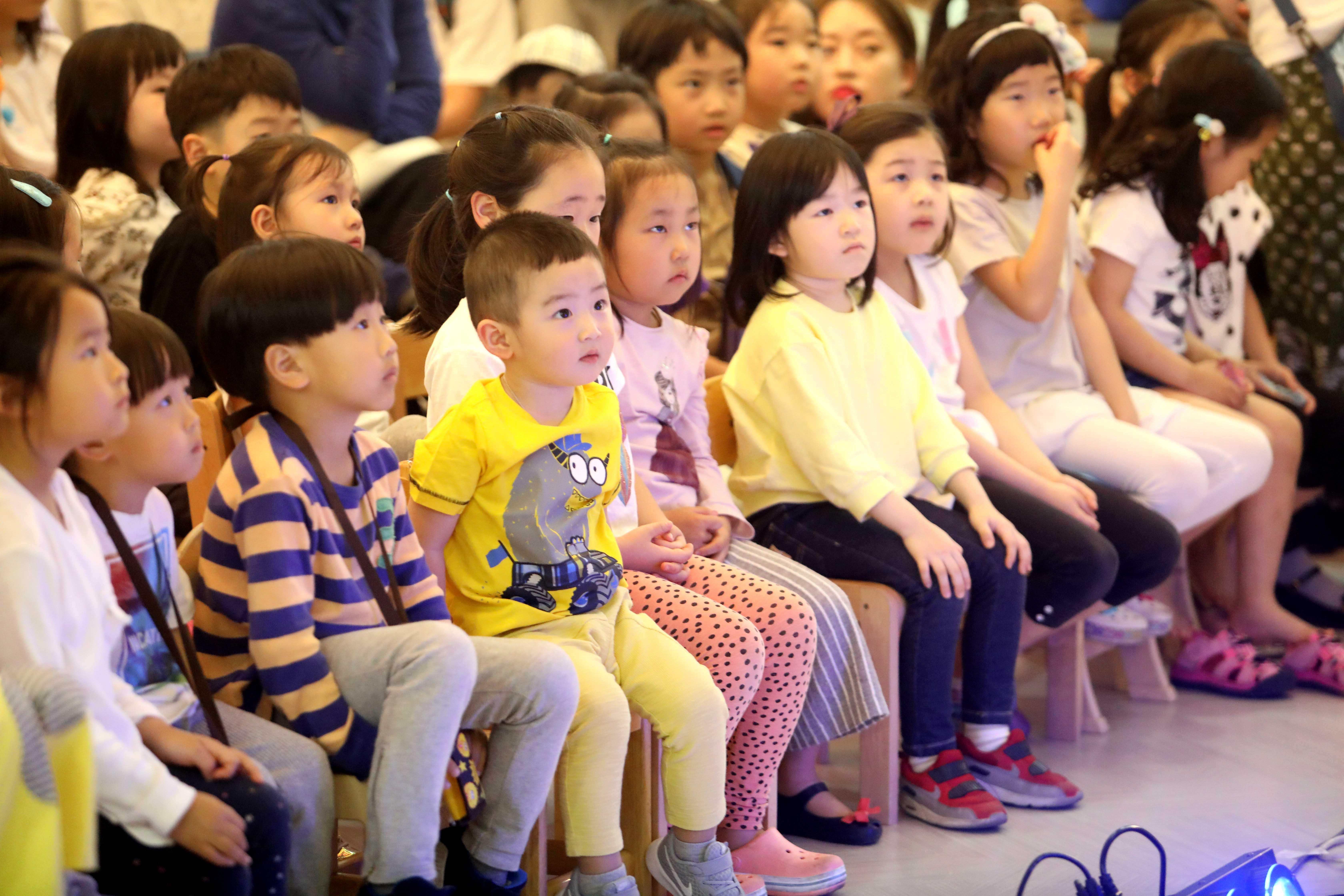 5월 가정의 달을 맞아 기획된 '뮤지컬 오즈의 마법사'를 관람하기 위한 어린이들로 구청 로비가 가득 메워졌다.