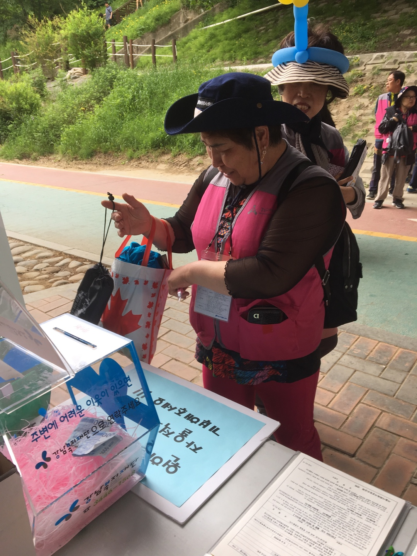 강남복지재단은 지난18일 양재천 영동3교 밑에서 열린'제7회 양재천 돗자리 자원봉사축제'의 재활용 나눔 마켓 '아름다운 장터'에 참여했다.