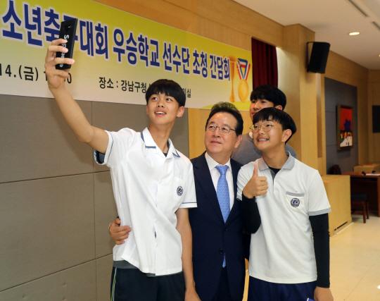 지난 6월 강남구청장기 소년축구대회에서 우승한 압구정중 학생들과 셀카를 찍는 정순균 구청장