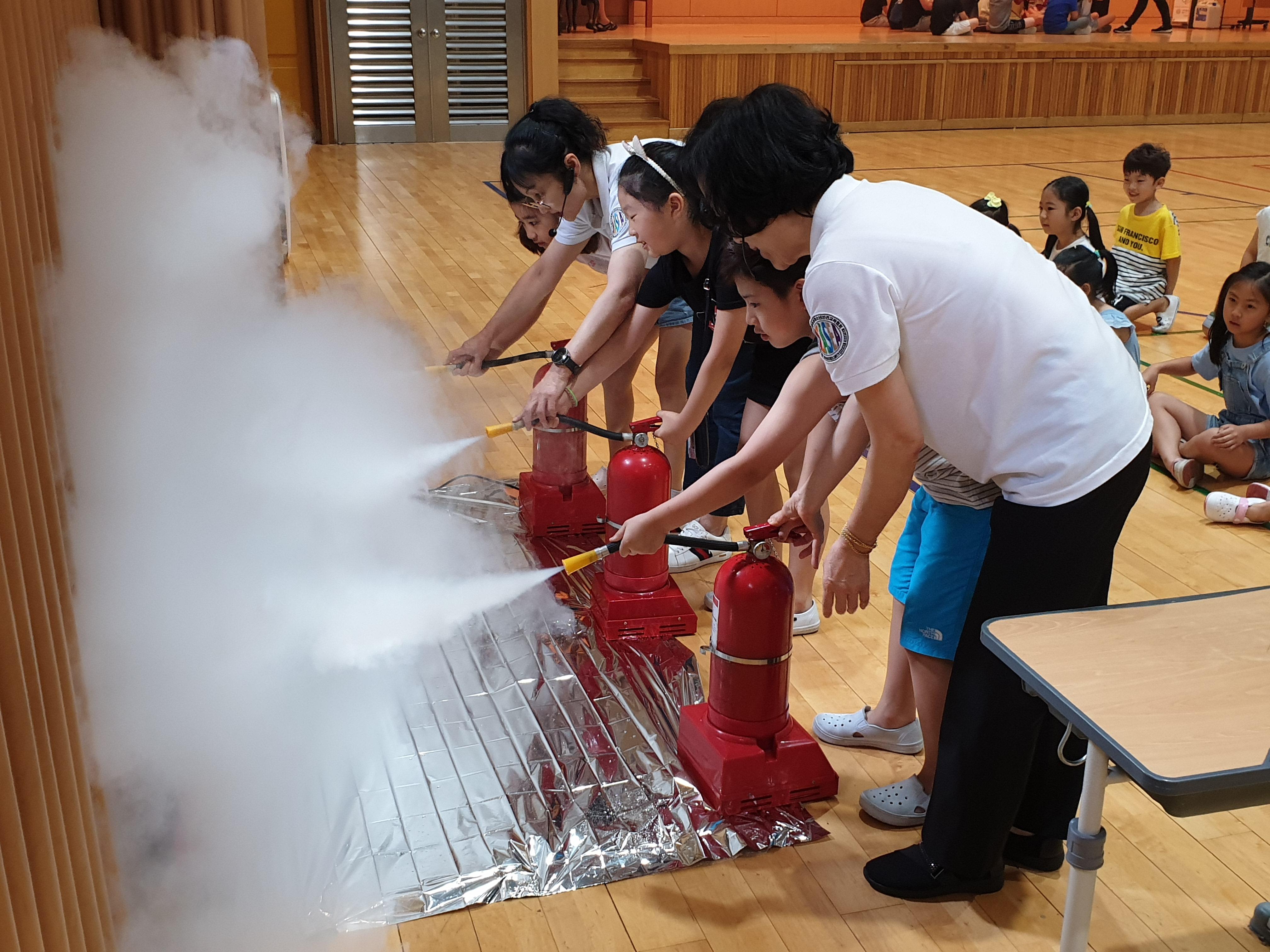 구룡초등학교 학생들이 안전체험교육을 받고 있다.