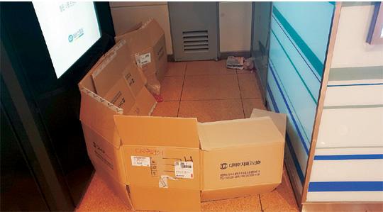 ▲ 서울 지하철 2호선 강남역 지하상가 한구석에 박스로 만들어 놓은 노숙인 거처. 종이 박스집 주인은 15일 오후 8시쯤 어디로 갔는지 모습을 보이지 않았다.