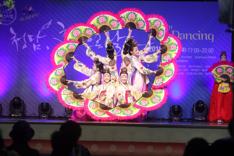 지난해 10월 4일 청담동 튼튼병원 앞에서 펼쳐진 청담, 춤으로 날다