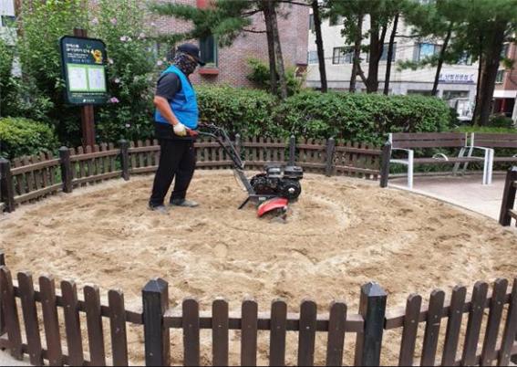 강남구, 정기적인 소독 및 검사로 안전한 놀이 공간 제공