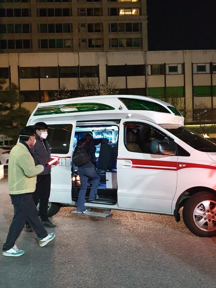 촘촘한 동선 관리 직접 나서 … 보건소서 검체검사 후 앰뷸런스로 이동