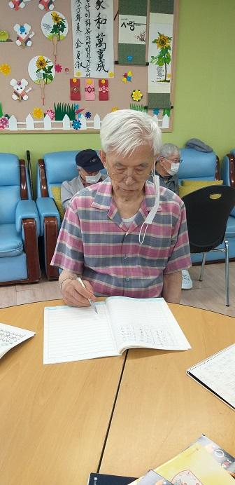 어르신들의 일상-오전에는 이렇게 열심히 글을 쓰고 계십니다.