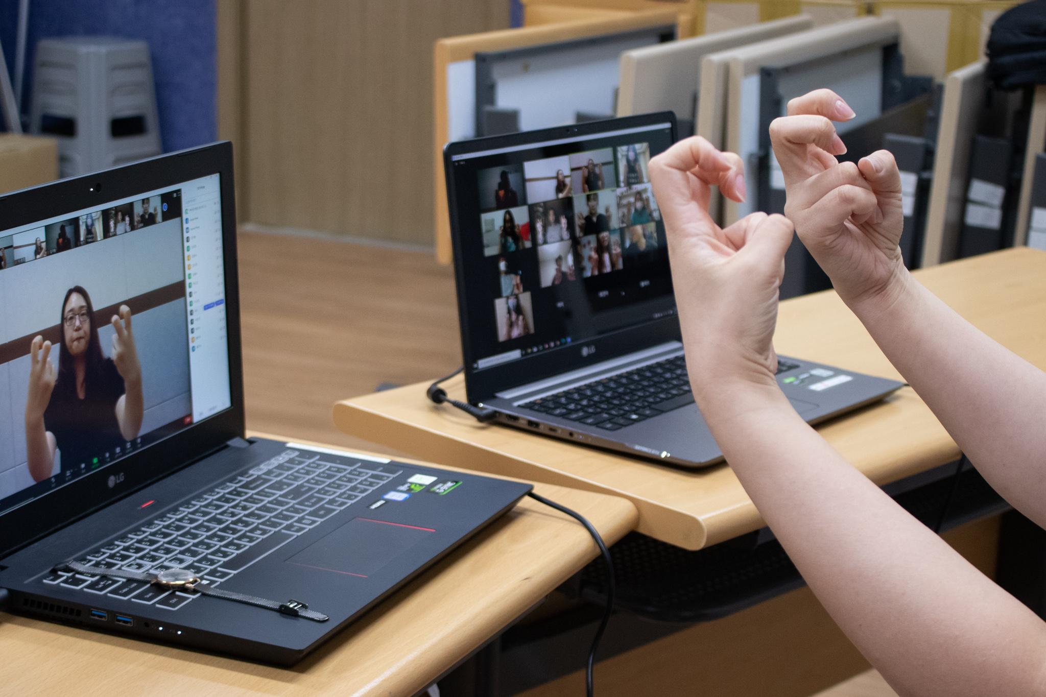 청음복지관(관장 심계원)이 이번 달 8일(화)부터 11월 5일(목)까지 매주 화, 목요일 16회기에 걸쳐 화상회의 플랫폼(ZOOM 프로그램)을 활용한 온라인 수어교육을 운영한다.